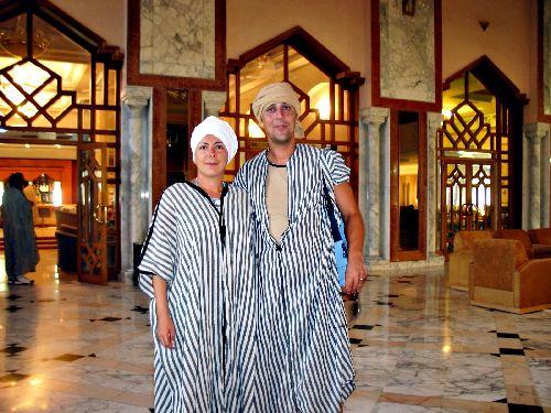 Одеваться в одежду местного населения не стоит, а вот соблюдать некоторые правила, например, в мечете, просто необходимо