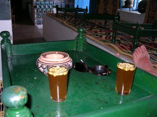 Обязательно попробуйте тунисский мятный чай с кедровыми орешками, изобретенный, кстати, в местном кафе  Café des Nattes