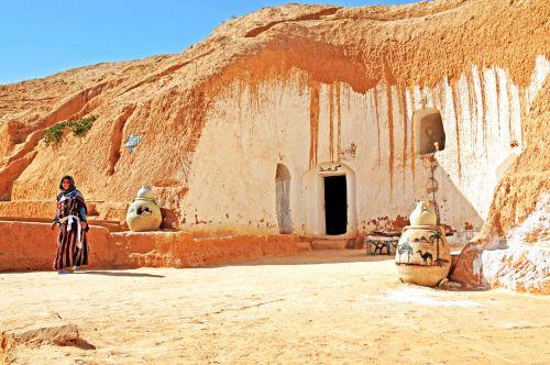 Считается, что такие пещерные жилища хорошо защищают от жары
