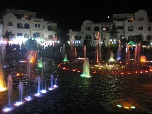 Поющие фонтаны на площади в Порт Эль-Кантауи