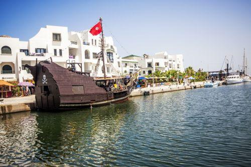 Порт Эль-Канта́уи (Эль-Кантави)  — один из наиболее важных морских курортов Туниса, расположенный у большой искусственной гавани
