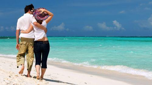 Как приятно гулять вдоль моря в медовый месяц!